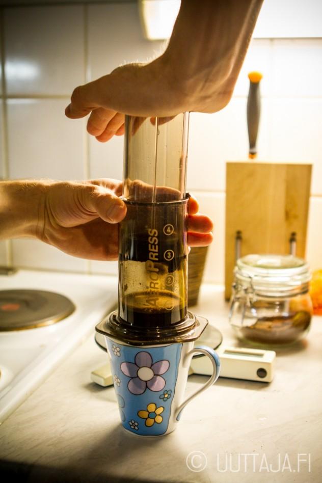 Kuvaamisen vuoksi kahvia ehti valua turhan paljon läpi ennen painamista