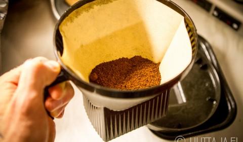 Muistattehan hiukan heilutella annosteltua kahvia suodatinsuppilossa, jotta pinta tasoittuu