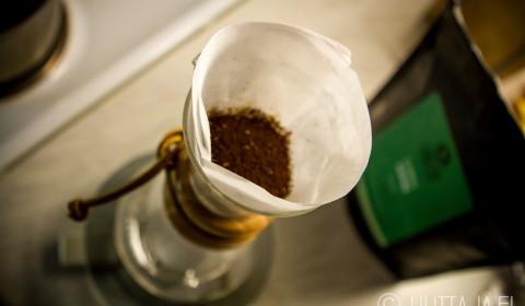 Kun jauhettu kahvi on suodatinpaperissa, on sitä syytä heilutella hieman että kahvin pinta tasoittuu